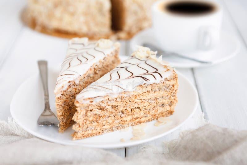 Торт Esterhazy отрезанный на белом конце-вверх плиты стоковое фото rf