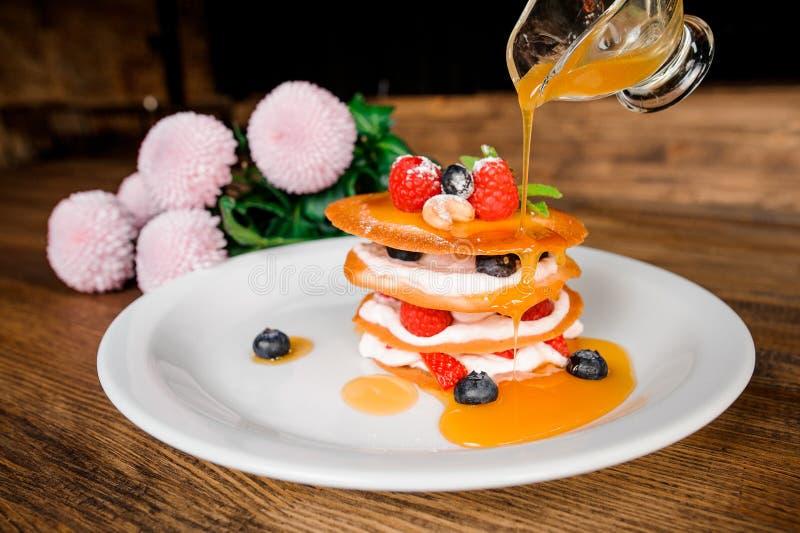 Торт Mille-feuille с ягодами на белой плите стоковые фотографии rf