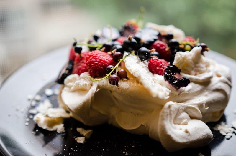 Торт Pavlova с ягодами стоковое изображение