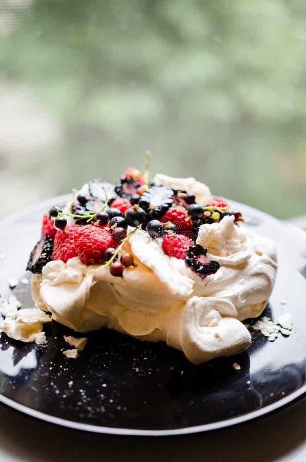 Торт Pavlova с ягодами стоковые изображения
