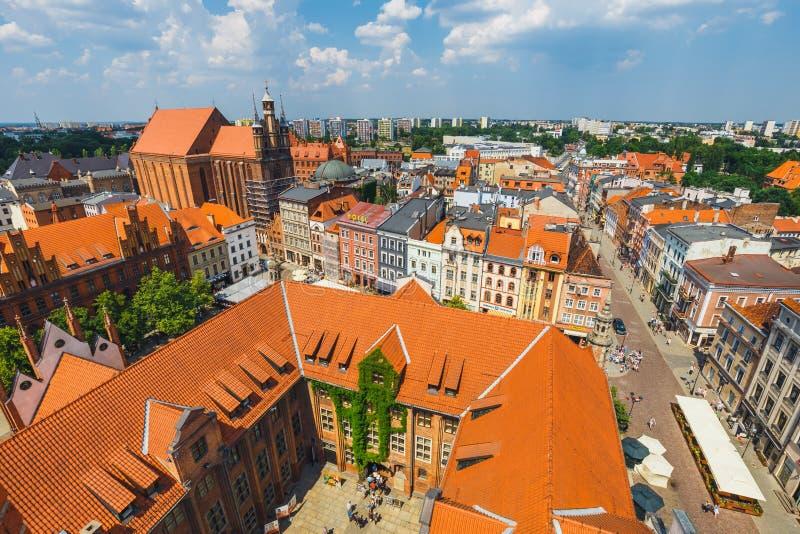 Торун, Польша - 1-ое июня 2018: Вид с воздуха исторических зданий и крыш в польском средневековом городке Торуне, Польше Торун p стоковая фотография