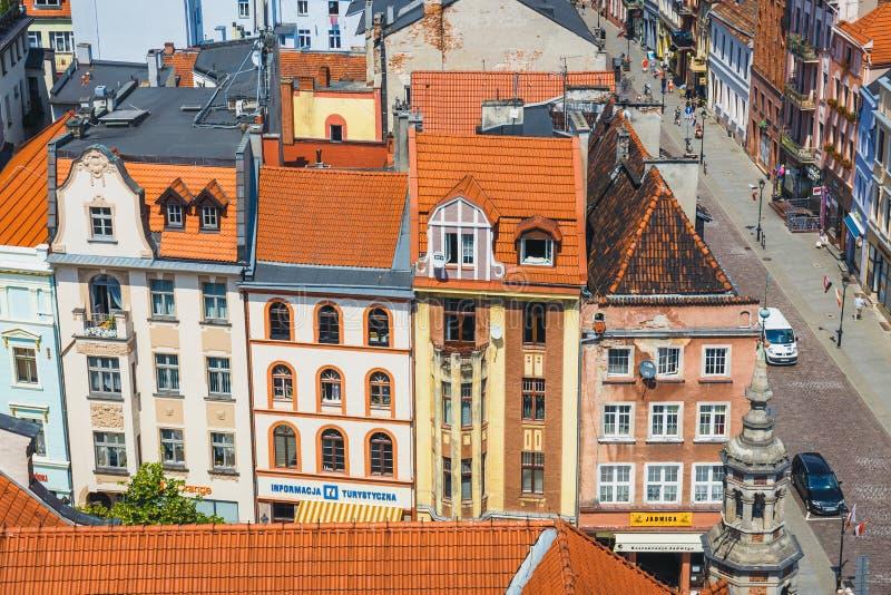 Торун, Польша - 1-ое июня 2018: Вид с воздуха исторических зданий и крыш в польском средневековом городке Торуне, Польше Торун p стоковое изображение rf