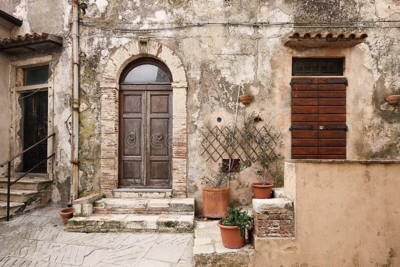 Тосканский взгляд узкой части Capalbio деревни стоковая фотография