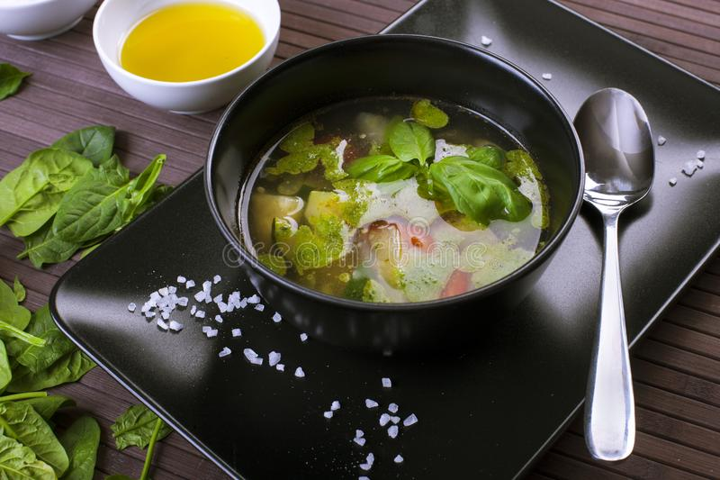 Тосканский овощной суп с pesto базилика стоковая фотография rf