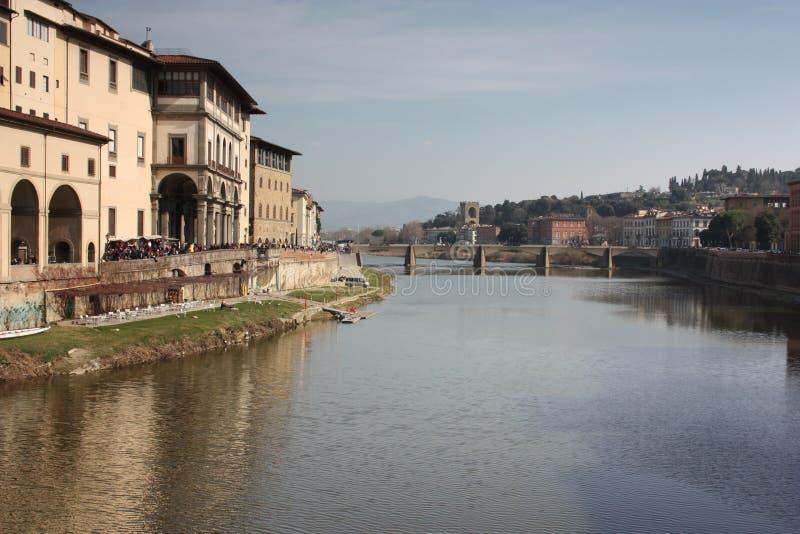 Тосканский средний мост на канале Флоренс на итальянский весенний день стоковые изображения