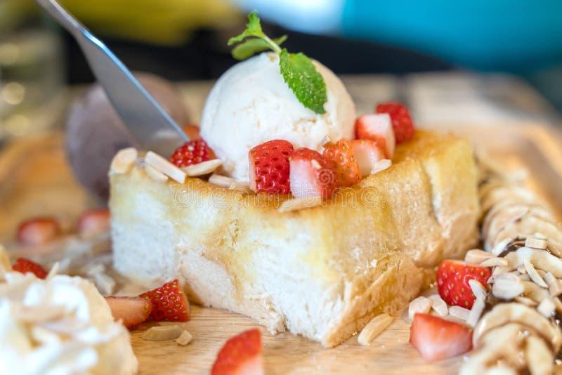 Тост меда клубники с мороженым на деревянном блюде плиты стоковое изображение rf