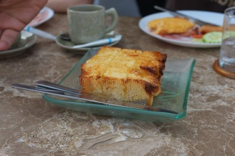 Тост меда на таблице стоковая фотография rf
