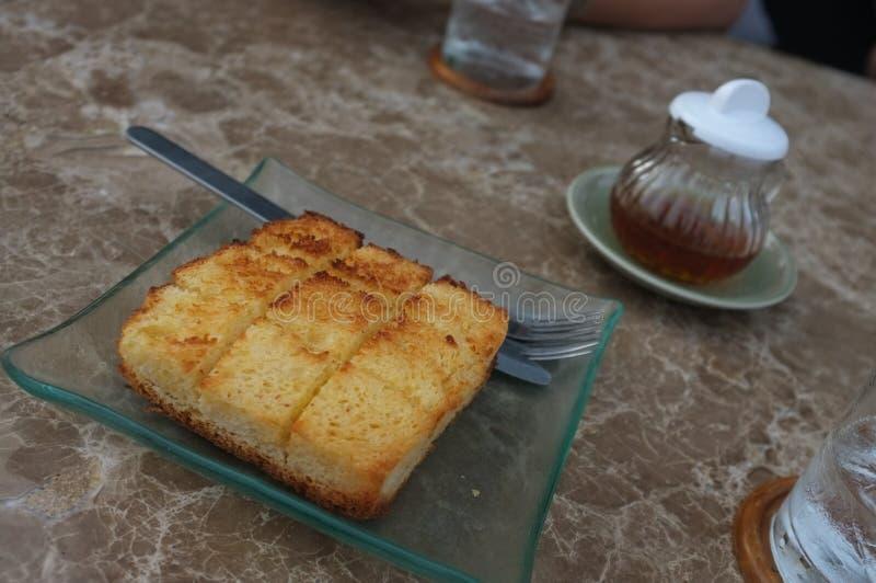Тост меда на таблице стоковое изображение rf