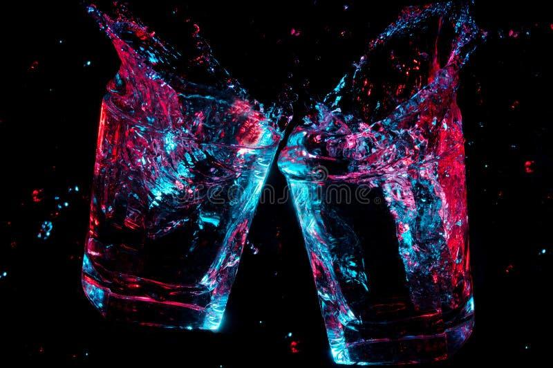 Тост с красочный накаляя жидкостный брызгать от их на черной предпосылке стоковое изображение rf