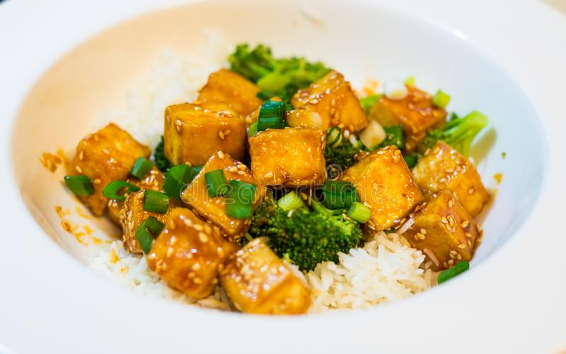 Тофу меда Chili с рисом и брокколи стоковая фотография rf