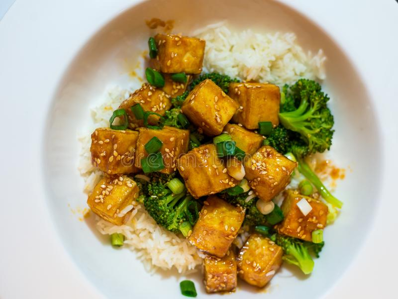 Тофу меда Chili с рисом и брокколи стоковые изображения rf