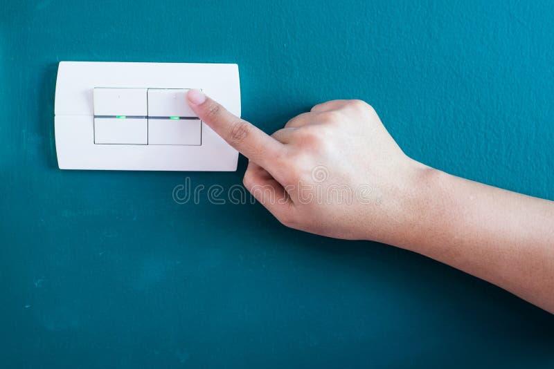 Точение с подручника женщины работая переключатель стены стоковые изображения rf