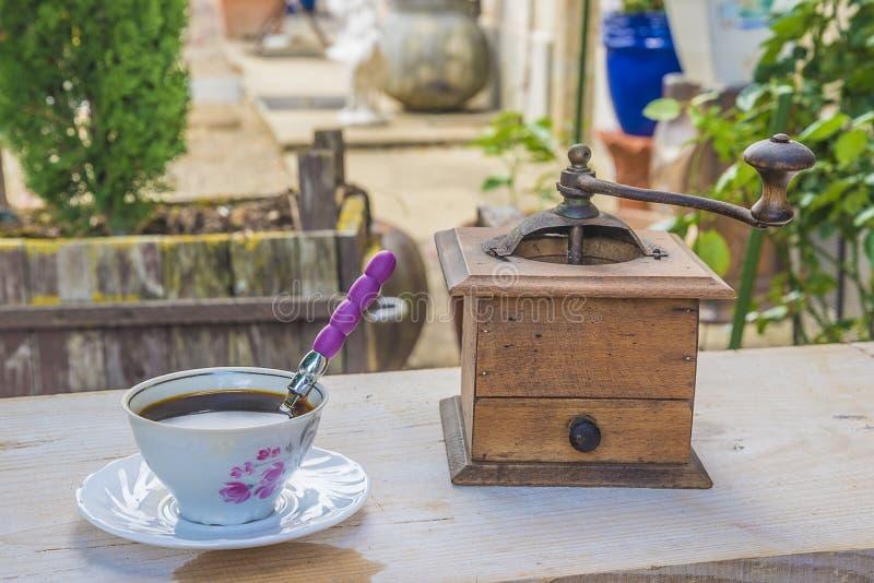точильщик кофейной чашки старый стоковые фото