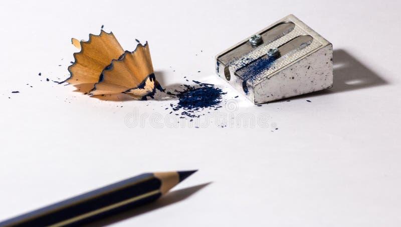 Точилка для карандашей с голубым карандашем стоковые фото