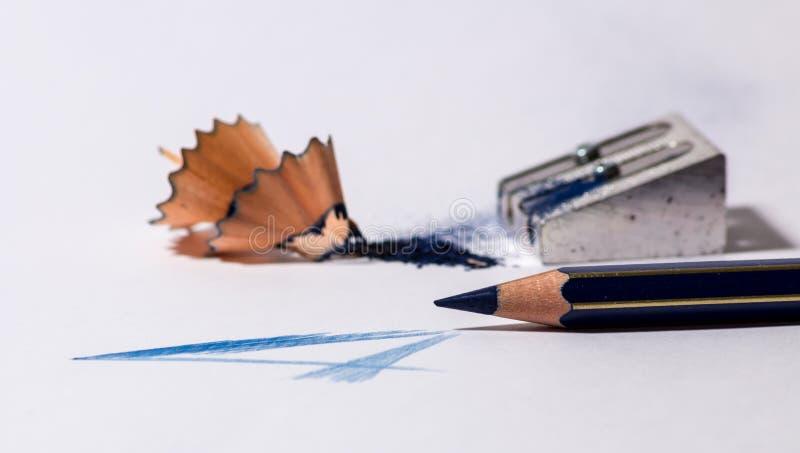 Точилка для карандашей с голубым карандашем стоковое фото