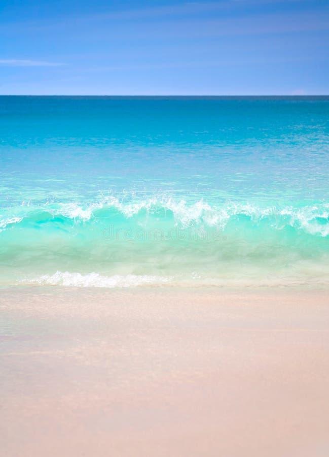 Точка зрения ландшафта релаксации дневного света солнца песка голубого неба пляжа моря для открытки и календаря дизайна стоковое изображение