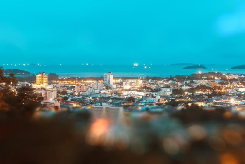 Точка зрения на холме, видит к городку Пхукета в nighttime стоковое изображение
