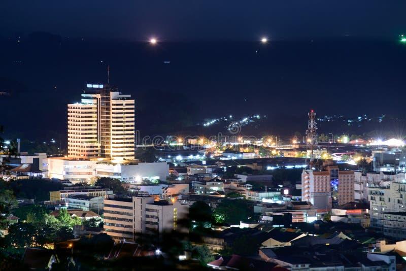 Точка зрения на холме видит к городку Пхукета стоковое изображение rf