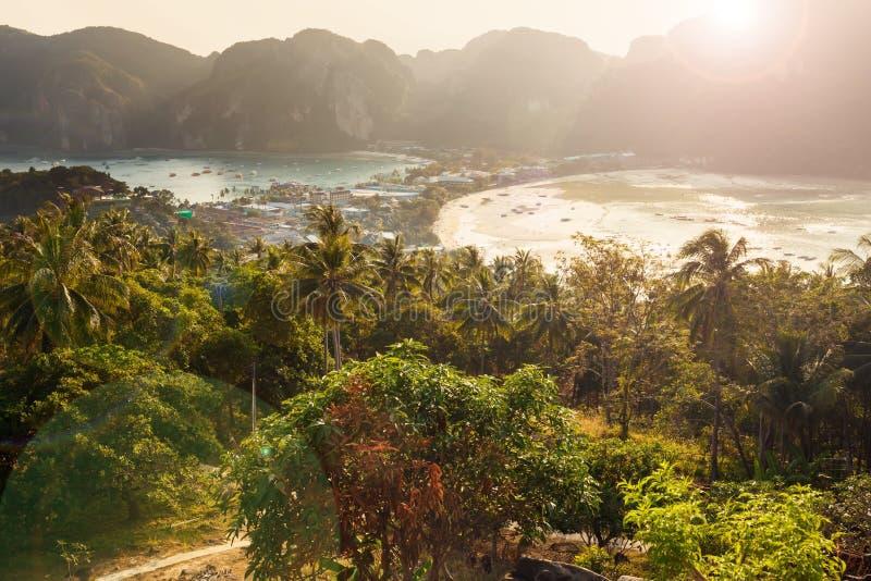 Точка зрения острова на времени захода солнца, Krabi Phi Phi, Таиланда стоковое изображение rf
