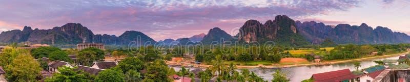 Точка зрения панорамы и красивый ландшафт на Vang Vieng, Лаосе стоковые изображения