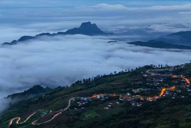 Точка зрения, туман, гора, вымачивает и извилистая дорога к Phu Thap Boek стоковые фото