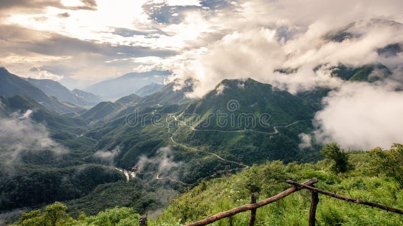Точка зрения фантастической горы в тумане с дорогой стоковые изображения
