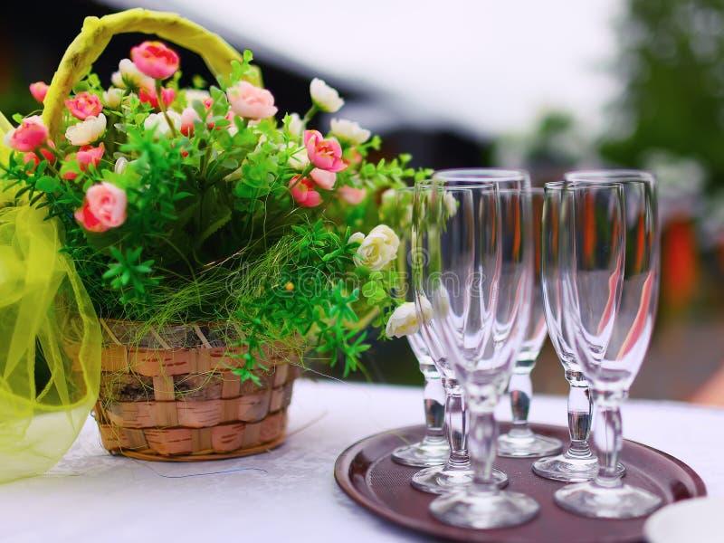 Точная сервировка стола банкета с букетом и стеклами стоковое изображение