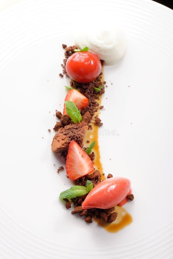 Точный обедая десерт, мороженое клубники, мусс шоколада стоковая фотография rf