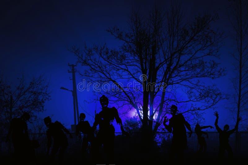 Толпа голодных зомби приближает к жилым домам стоковое изображение