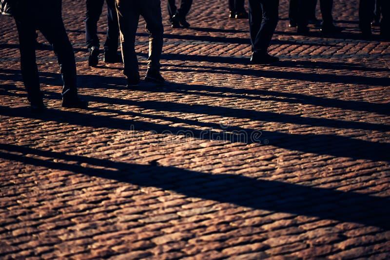 Толпа, группа людей на улице стоковые изображения