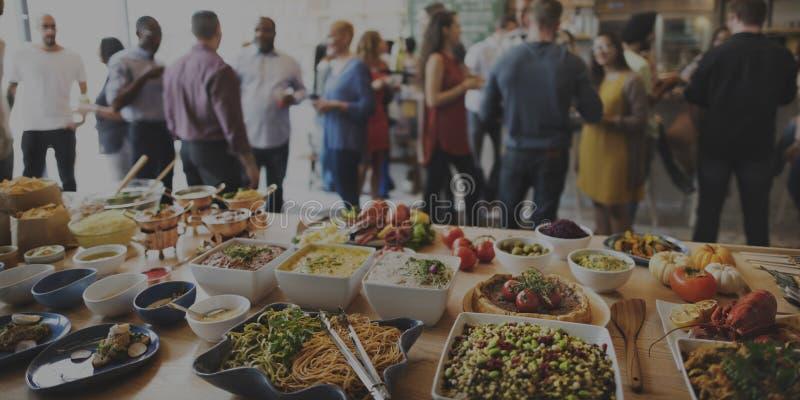 Толпа завтрак-обеда отборная обедая варианты еды есть концепцию стоковые фото