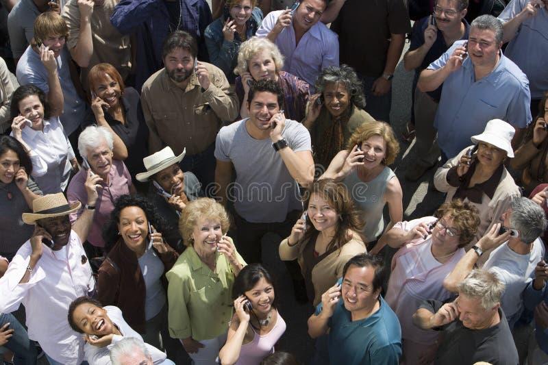 Толпа используя сотовые телефоны стоковое изображение rf
