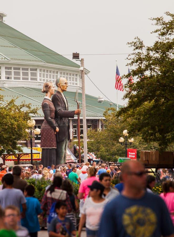 Толпа и американская готическая скульптура на положении Айовы справедливом стоковые изображения rf