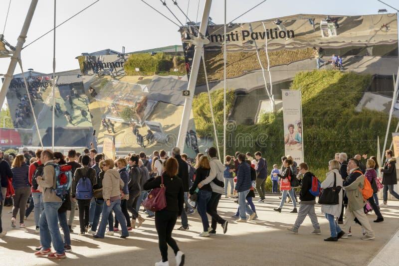 Толпа и отражения на рисе связывают павильоны, ЭКСПО Mila 2015 стоковые фото