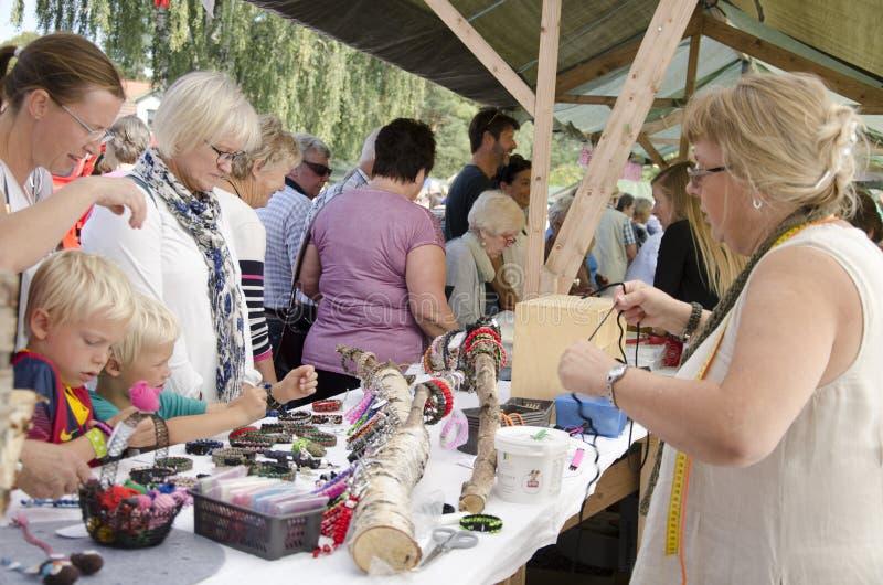 Толпа на искусства и рынок ремесел стоковые изображения