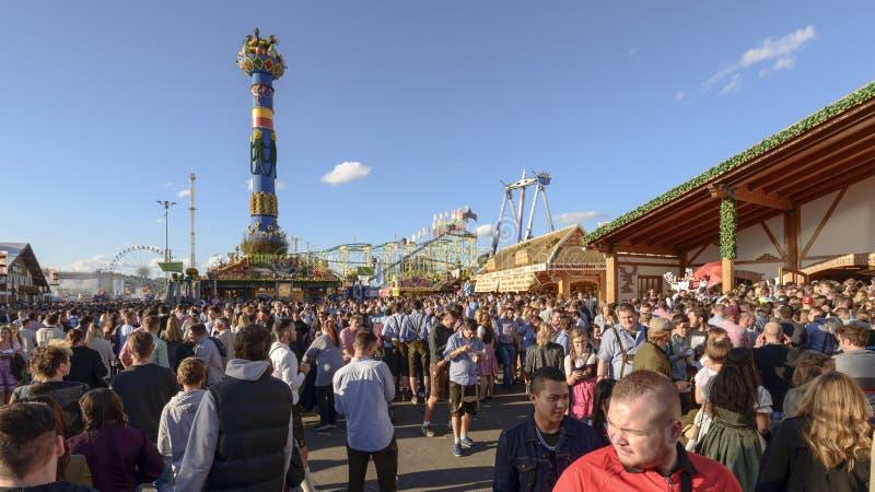 Толпа на Oktoberfest, Штутгарте стоковые фото