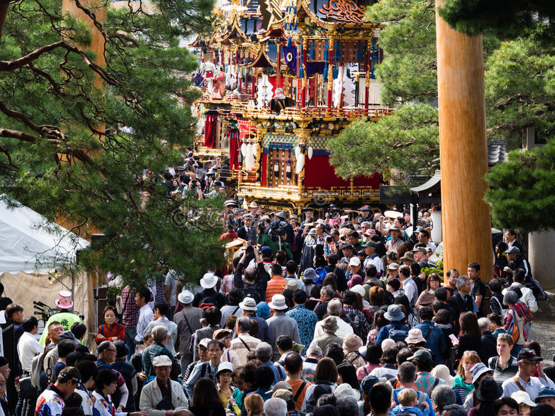 Толпа посетителей на фестивале осени Takayama, Японии стоковое фото