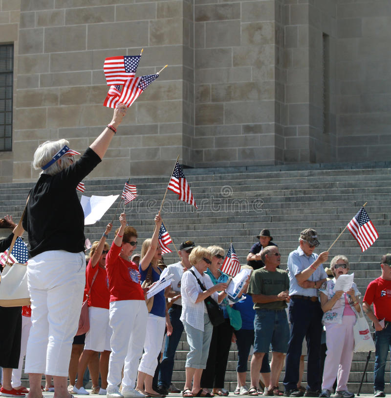 Толпа развевает американские флаги на ралли для того чтобы обеспечить наши границы стоковая фотография rf