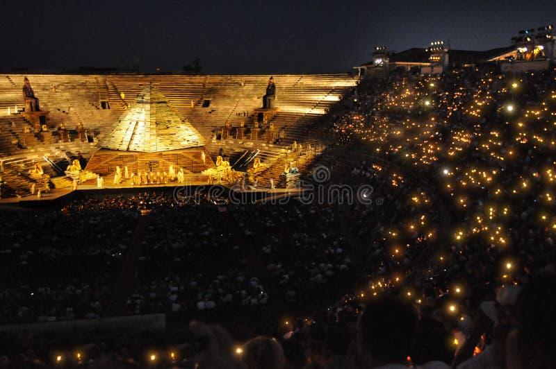 Толпа светов на di Вероне арены стоковое изображение rf