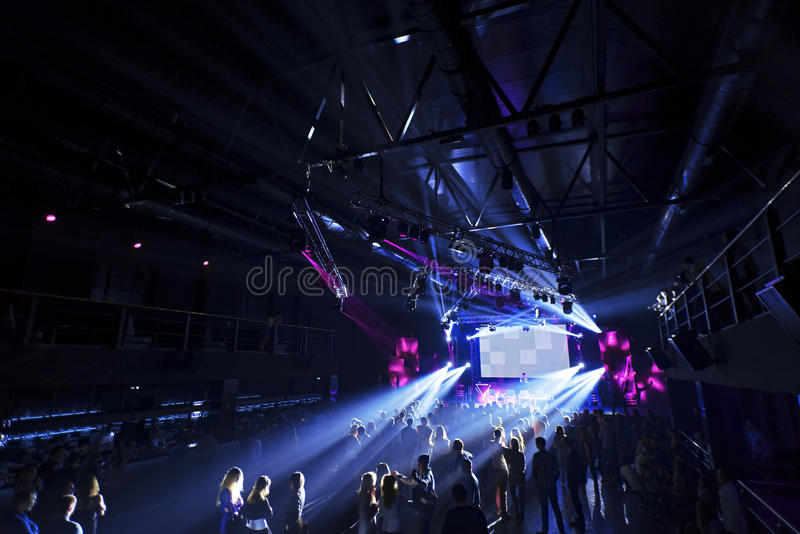 Толпа силуэта ночного клуба перед яркими светами этапа стоковые фотографии rf