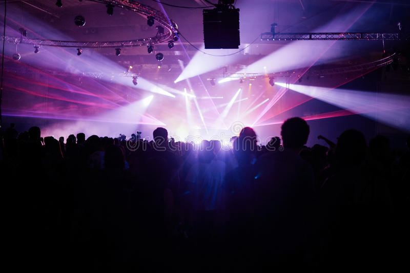 Толпа силуэта смотря на этап на музыкальном фестивале стоковая фотография rf
