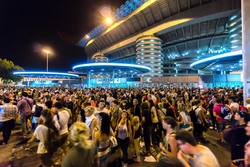 Толпа людей вне футбольного стадиона San Siro в милане, Италии стоковые изображения