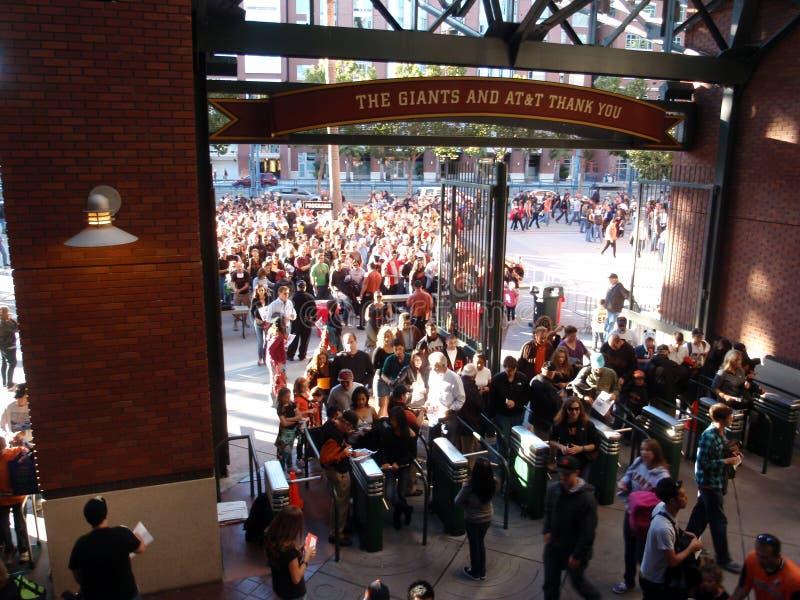 Толпа людей входя в парк AT&T стоковые изображения rf