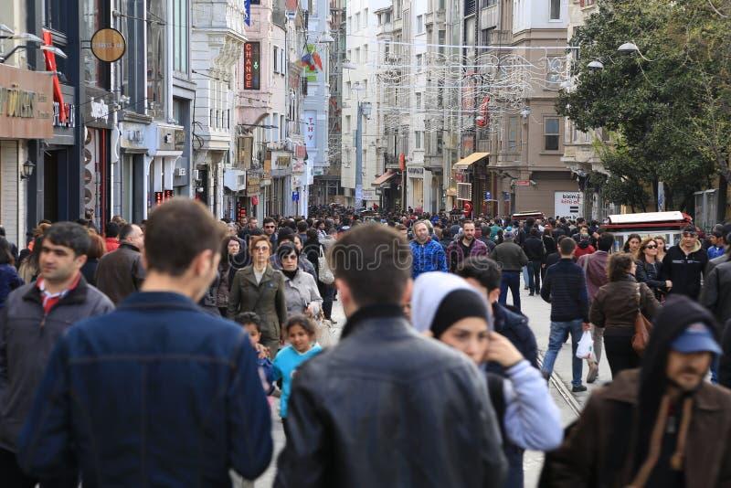 Толпа людей идя в Istiklal Стамбул апрель 2015 стоковое фото