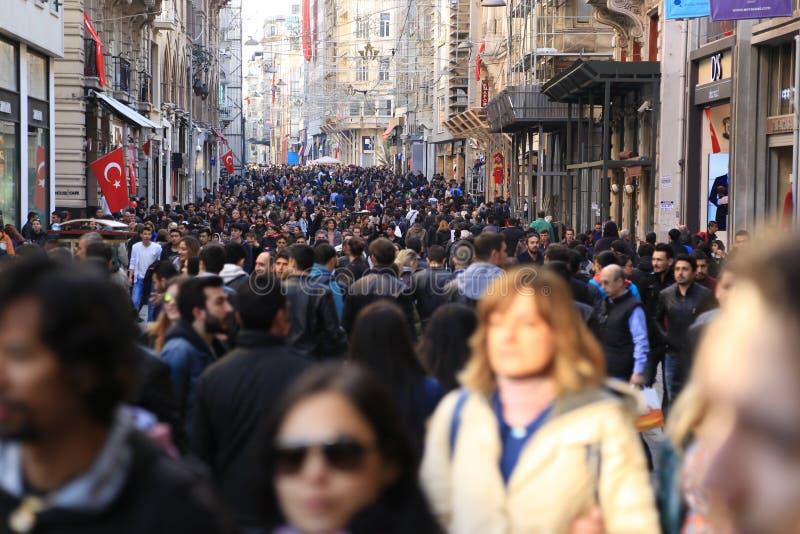 Толпа людей идя в Istiklal Стамбул апрель 2015 стоковые изображения rf