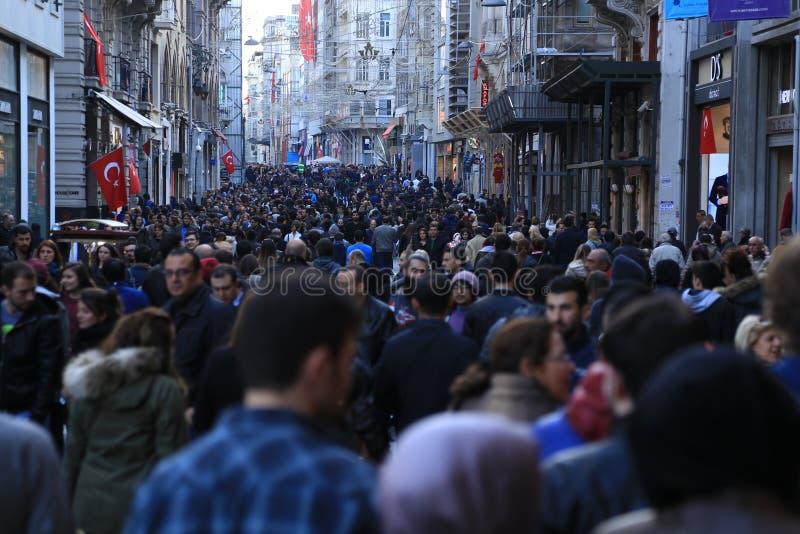 Толпа людей идя в Istiklal Стамбул апрель 2015 стоковая фотография