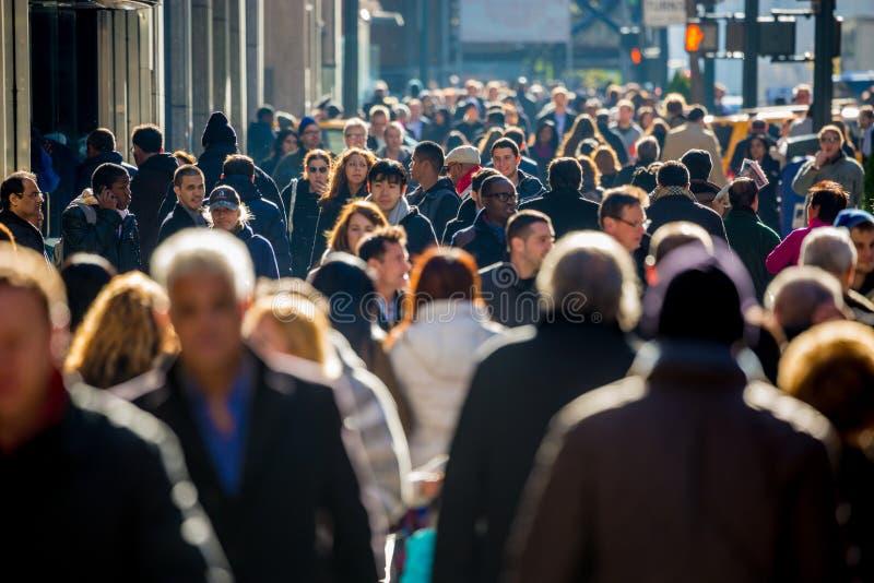 Толпа людей идя на тротуар улицы стоковое изображение rf