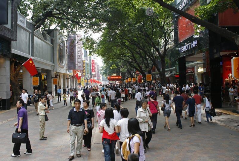 Толпа людей на торговой улице Пекина Lu в Гуанчжоу стоковая фотография
