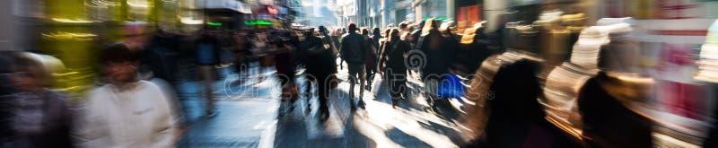 Толпа людей на торговой улице стоковое изображение rf