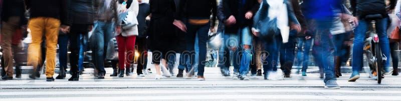 Толпа людей пересекая улицу города стоковое изображение